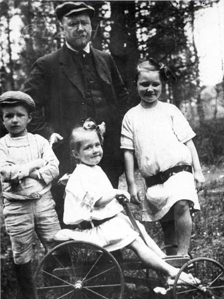 <p>Dmitri Boleslavovich with his children. 1912.</p>