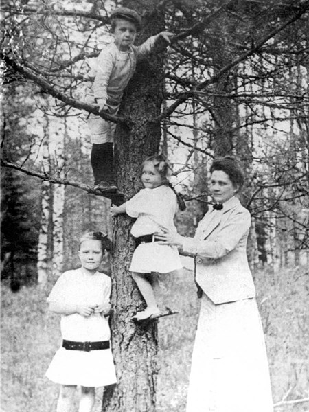 <p>Sofia Vassilyevna with her children. 1912.</p>